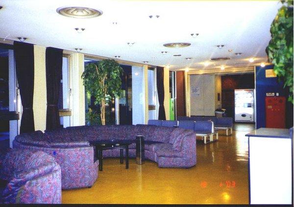J_TruongKokusai_09_lobby.jpg